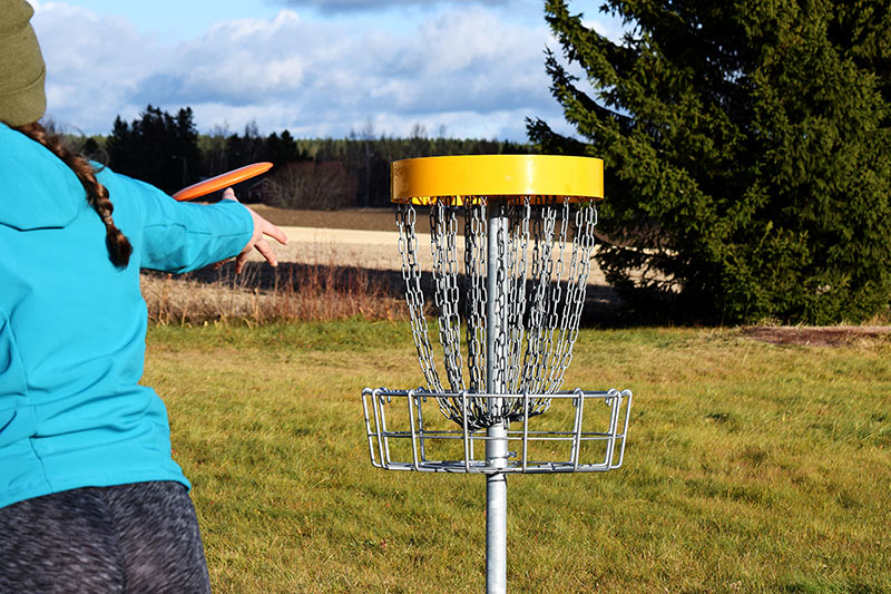 woman playing frisbee golf